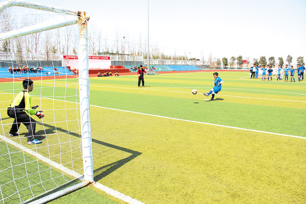 校园足球展青春活力